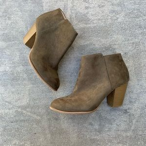 Old navy size 9 olive green booties